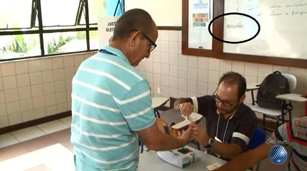 Hastag contrária a Bolsonaro foi colocada em lousa de seção em Vitória da Conquista, na Bahia â?? Foto: Reprodução/ TV sudoeste