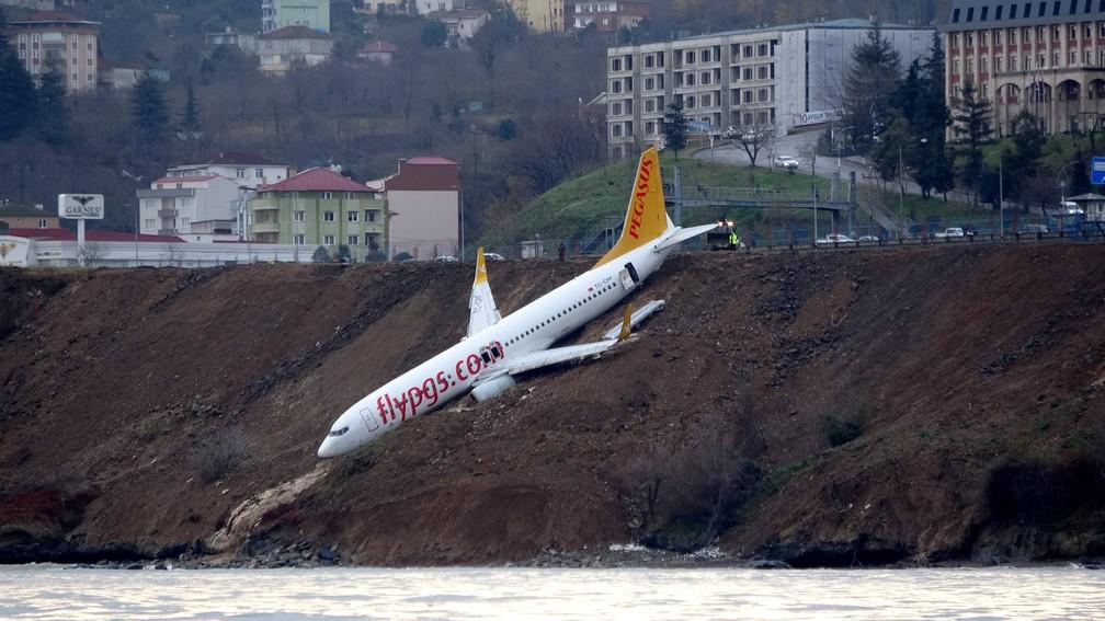 Avião saiu da pista em Trabzon, na Turquia (Foto: Muhammed Kacar/Dogan News Agency via Reuters)