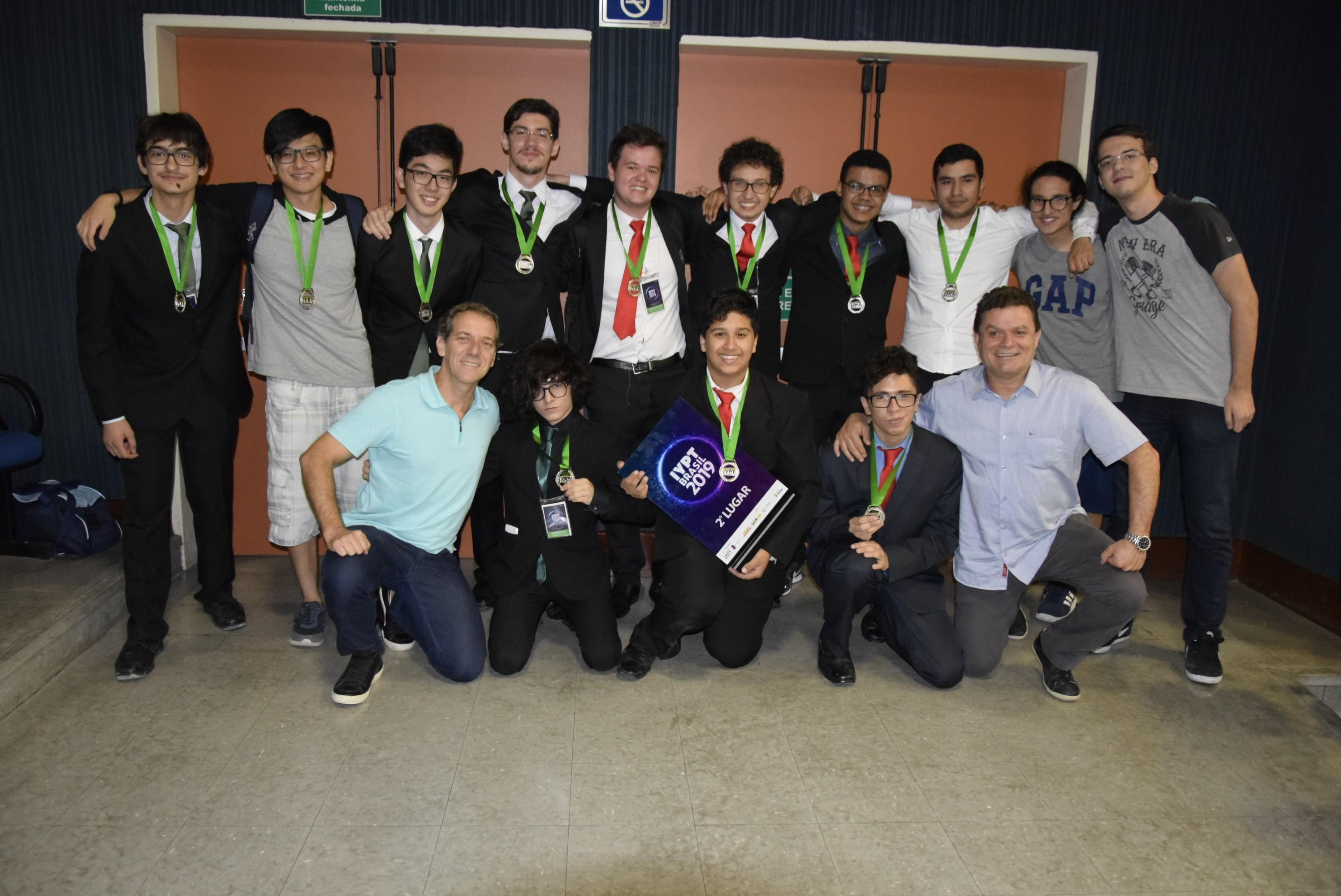 Dois grupos do Colégio Objetivo ganharam medalhas de prata na etapa nacional, classificando-se para o Torneio Internacional de Jovens Físicos (IYPT) (Foto: Divulgação: Objetivo)