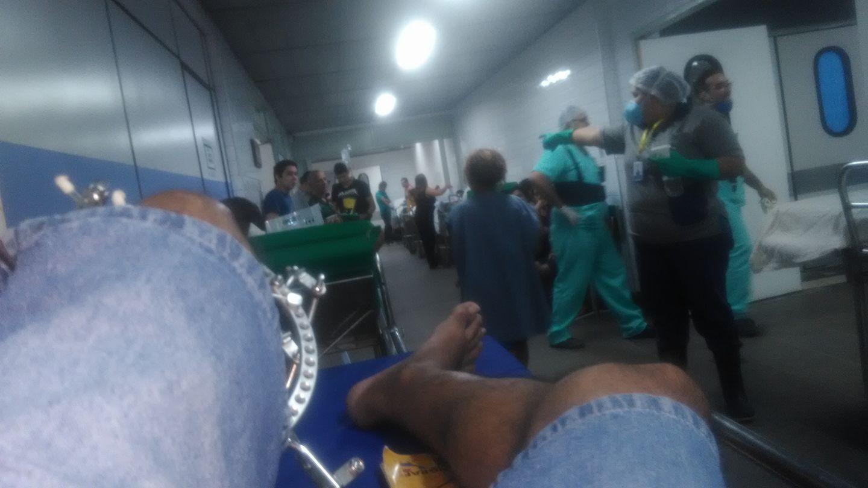 Paciente denuncia macas em corredor e falta de antibiótico no maior hospital de emergência de Fortaleza