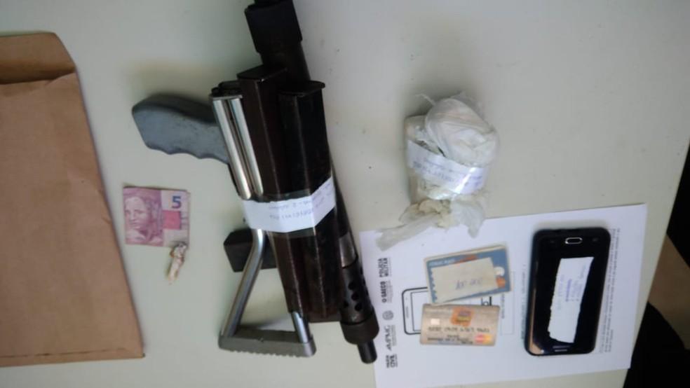 Arma apreendida foi utilizada em um homicídio, segundo o Ministério Público — Foto: Polícia Militar/Divulgação