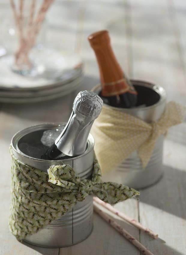 Espumantes dentro de latinhas usadas como baldes de gelo (Foto:  Cacá Bratke / Editora Globo)