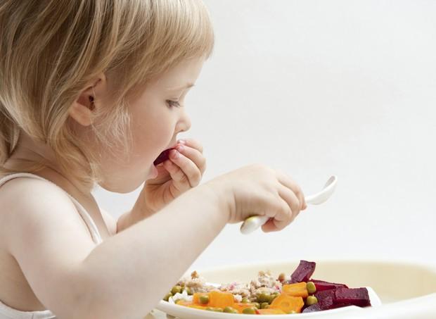 criança comendo vegetais (Foto: thinkstock)