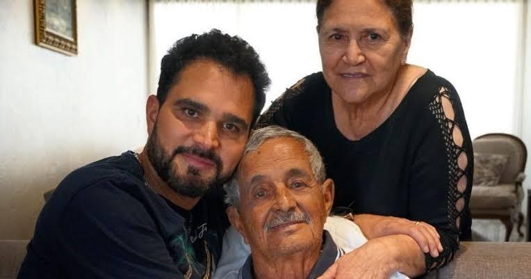 Luciano Camargo com o pai, Francisco, e a mãe, Helena (Foto: Reprodução/Instagram)
