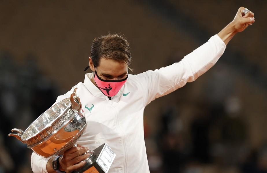 Nadal atropela Djokovic, vence 13º título em Roland Garros e iguala Federer com 20 Grand Slams