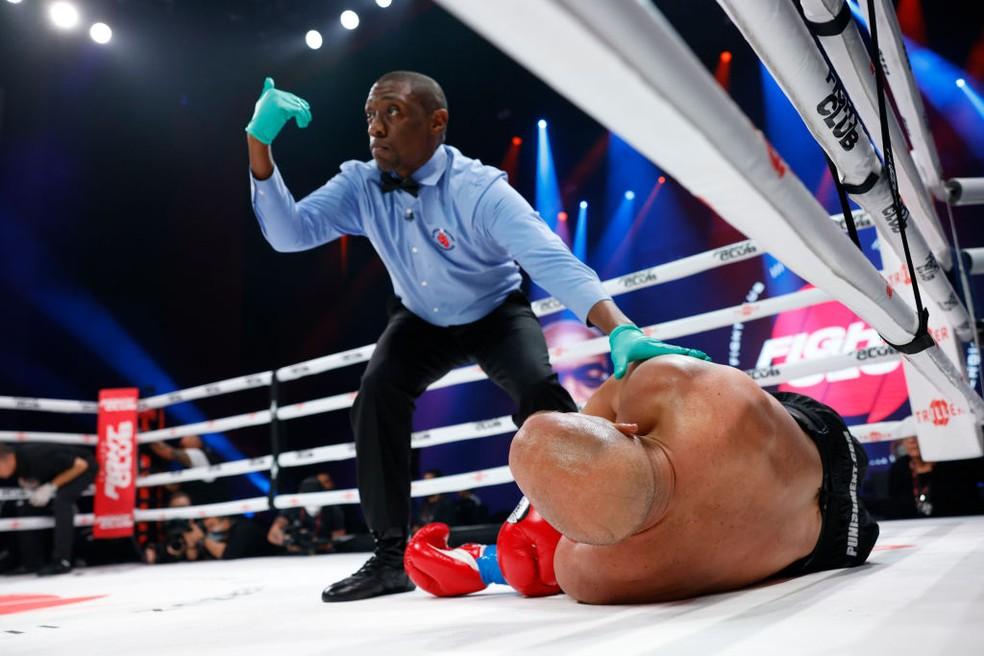 Americano é nocauteado por Anderson Silva — Foto: Douglas P. DeFelice/Getty Images