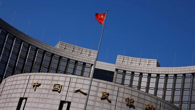 Bandeira nacional chinesa na sede do Banco do Povo da China, o banco central chinês, em Pequim, China ; PIB da China ; economia chinesa ; economia da China (Foto: Petar Kujundzic/Reuters)