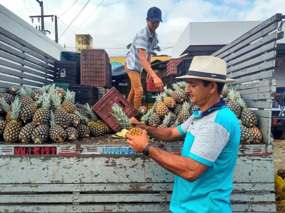 Comerciante Márcio Dias começa a trabalhar com o carregamento de abacaxi que chegou ao Rio Grande do Norte após a greve (Foto: Marksuel Figueredo/Inter TV Cabugi)