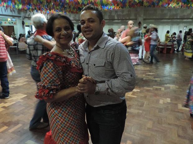 Cada par tem direito a dança duas músicas com os dançarinos contratados: 'elas não querem parar nem por um minuto', diz Adilson Sena (Foto: Vitor Tavares / G1)