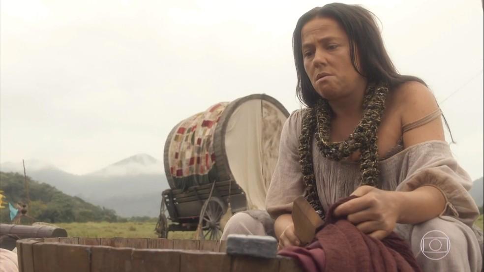Germana (Vivianne Pasmanter) não gosta de trabalhar duro com a companhia de teatro e decide voltar para a vida de antes, em 'Novo Mundo' — Foto: TV Globo