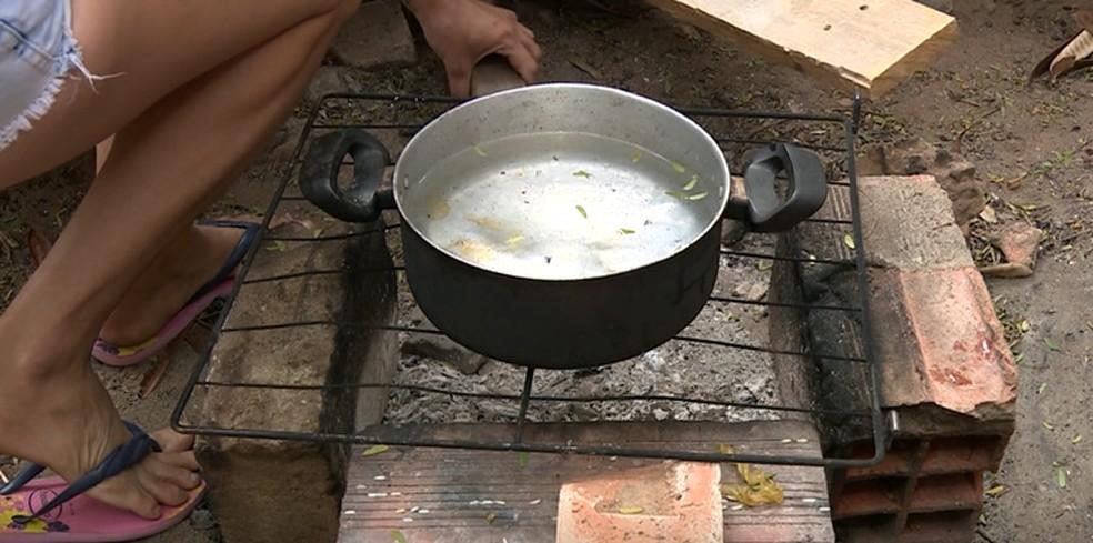 Sem condição de comprar botijão de gás, família de Campinas (SP) improvisa fogão de tijolos para cozinhar — Foto: Reprodução/EPTV