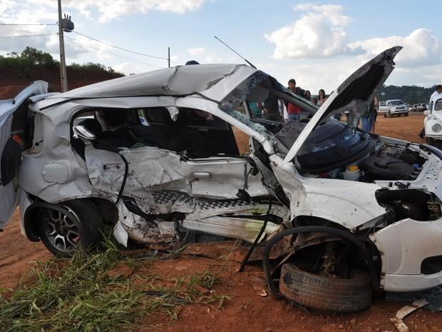 Acidente deixou três pessoas mortas na BR-480 neste sábado (12) (Foto: Divulgação/Corpo de Bombeiros)