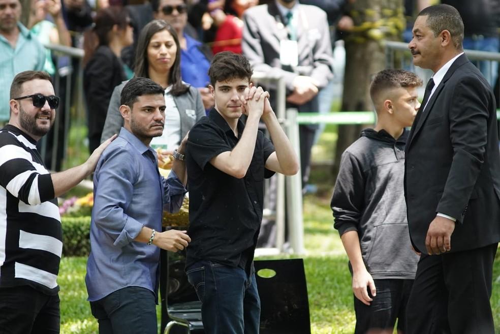 João Liberato, filho de Gugu, agradece aos fãs o apoio que deram à família do apresentador. — Foto: Marcelo Brandt/G1