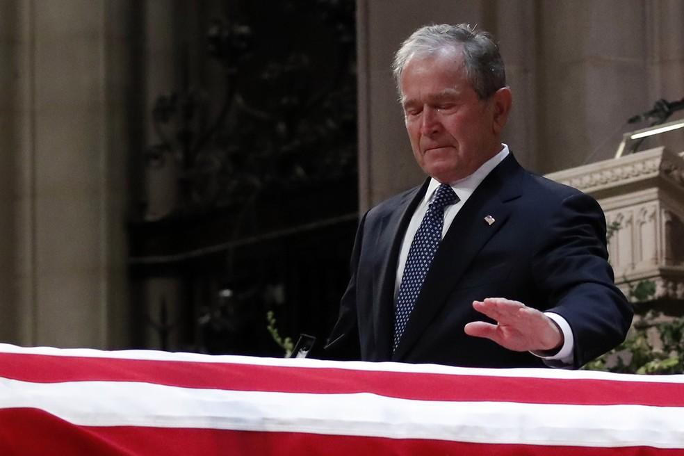 O ex-presidente dos EUA George W. Bush chora diante do caixão do pai, o também ex-presidente George H.W. Bush, durante cerimônia na Catedral Nacional de Washington — Foto: Alex Brandon/pool via AP