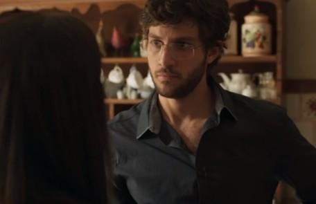 No sábado (15), Danilo (Chay Suede) ficará arrasado ao saber do aneurisma de Thelma (Adriana Esteves) Reprodução