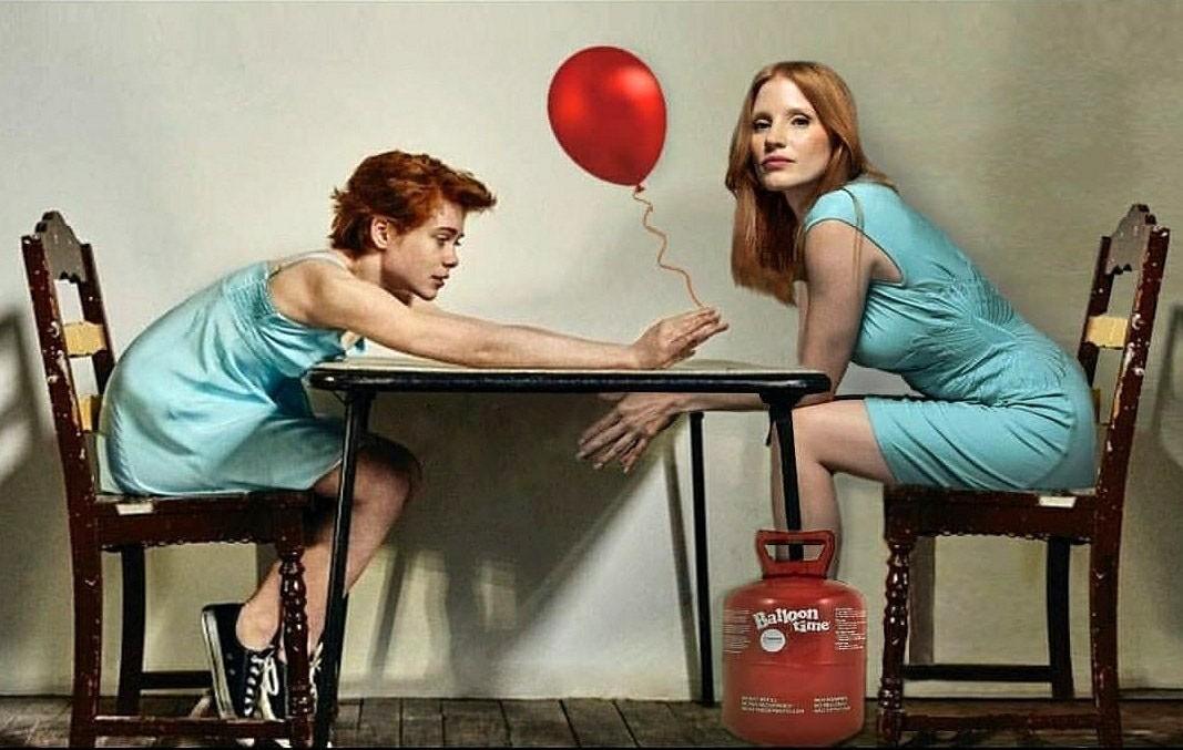 Jessica Chastain recebe balão de Sophia Lillis. Atrizes interpretaram versões de diferentes idades da mesma personagem (Foto: Reprodução/Instagram)