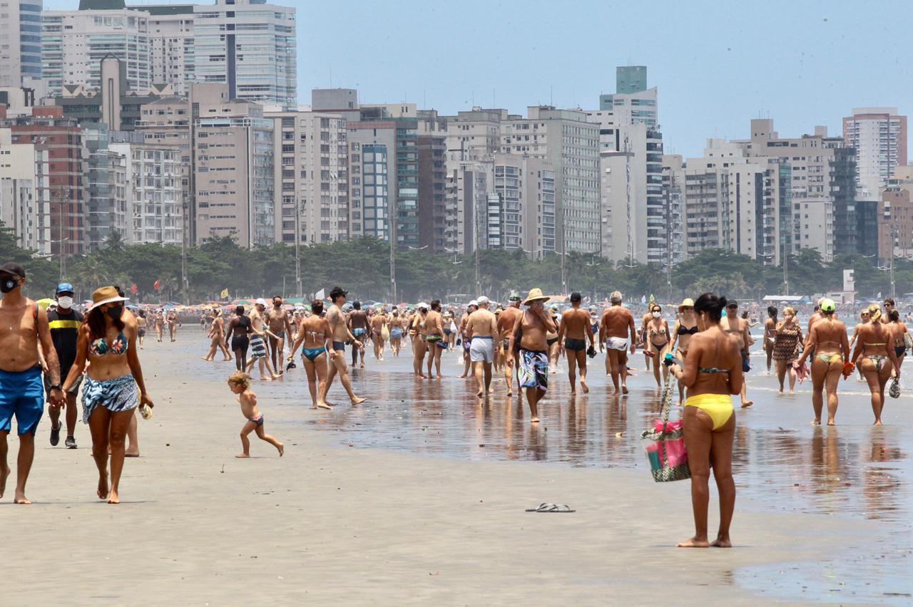 Sábado de sol tem praias cheias e banhistas sem máscaras em Santos, SP