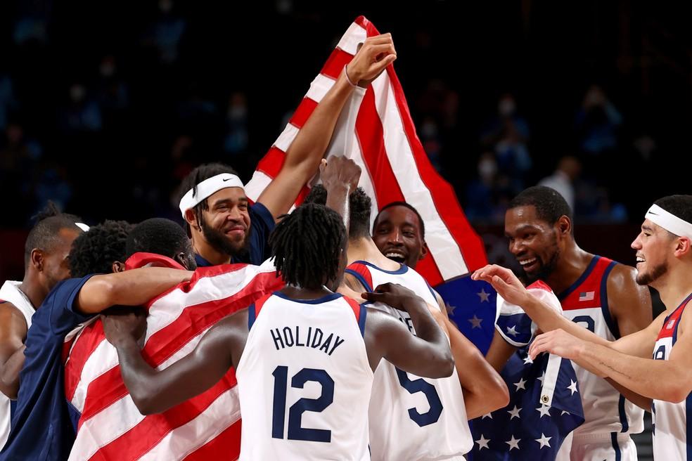 A seleção americana comemora a vitória na final contra a França: quarto ouro consecutivo — Foto: REUTERS/Brian Snyder