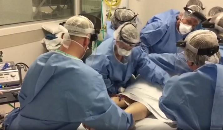 Equipe do Hospital de Clínicas de Porto Alegre faz manobra de prona em paciente; veja vídeo