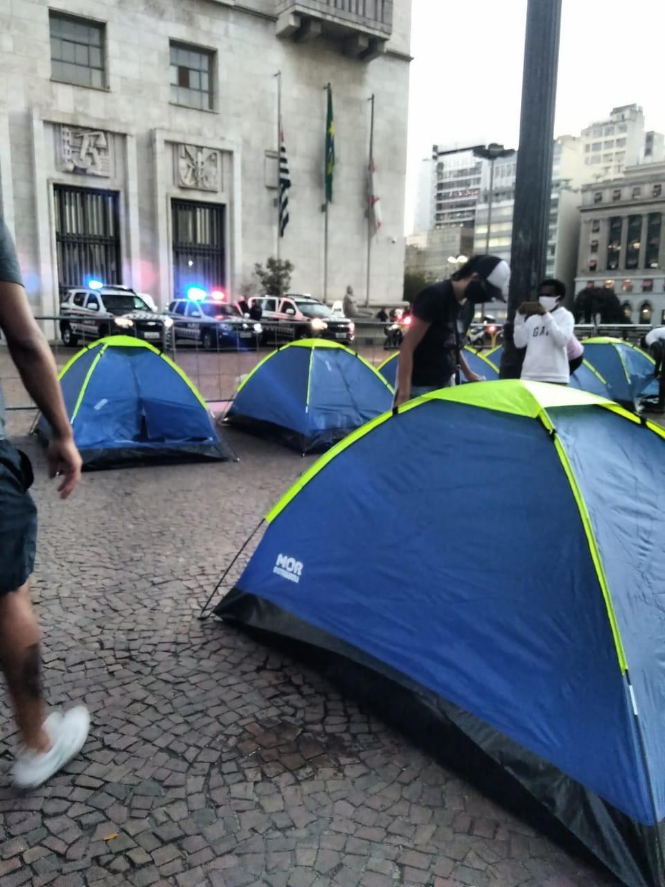 Sem-tetos acampam em frente à Prefeitura de SP e cobram vagas em hotéis prometidas por Covas
