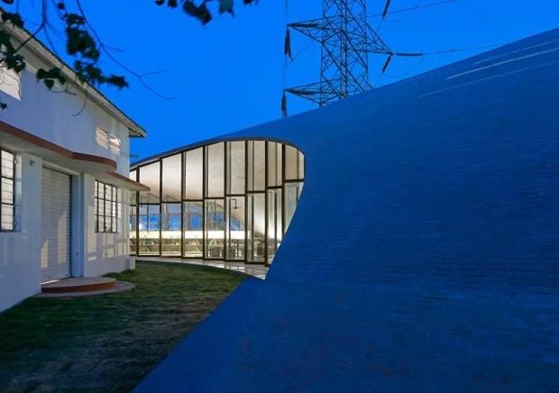 Biblioteca na Índia tem formas curvas e estrutura de tijolos (Foto: Reprodução)