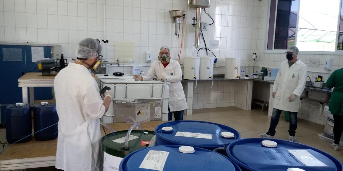 Estudantes produzem máscaras e álcool em gel para doar a instituições de Avaré