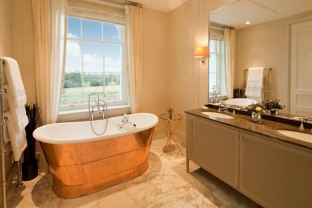 Banheira de cobre com vista: um pequeno luxo que faz toda a diferença na estadia  (Foto: Divulgação/The Dorchester)