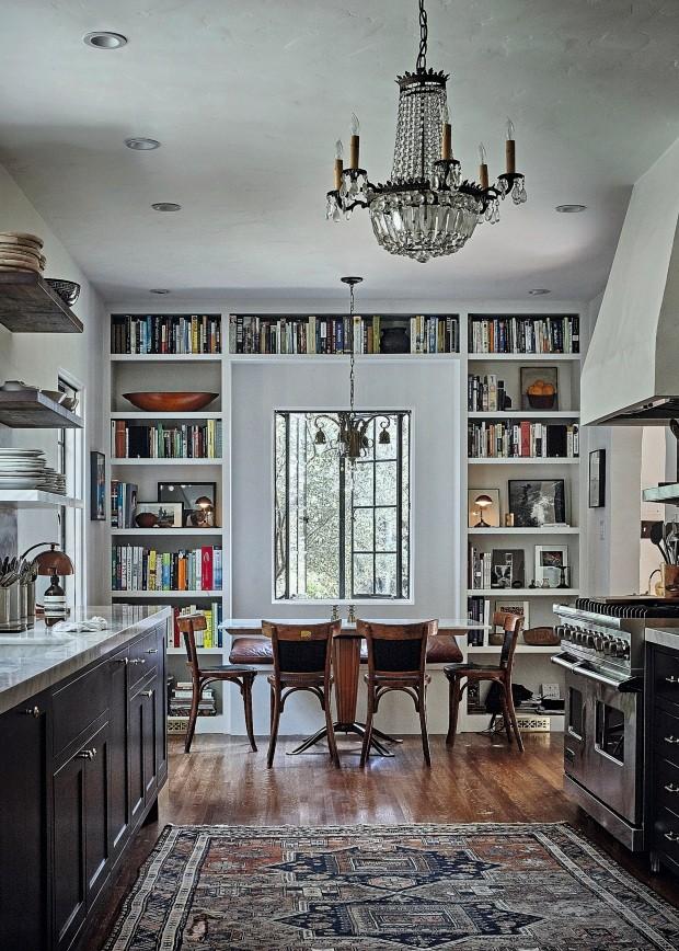 Sala de jantar. Eclética, como o restante da casa, mescla modernidades, antiguidades e rusticidades. Mesa de carvalho, cadeiras clássicas e lustre de cristal (Foto: Martin Lof / Living Inside)