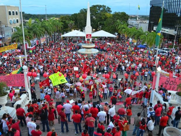 Manifestantes lotam praça no Centro de Rio Branco, em frente ao palácio do governo e a sede da Assembleia Legislativa do Acre (Foto: Aline Nascimento/G1)
