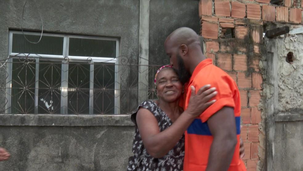 Gari encontra R$ 700 na rua e devolve à aposentada dona do dinheiro, em Campo Grande, Zona Oeste do Rio — Foto: Reprodução/TV Globo