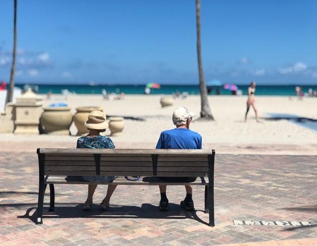 aposentado - aposentadoria - idosos - praia - férias (Foto: Pexels)