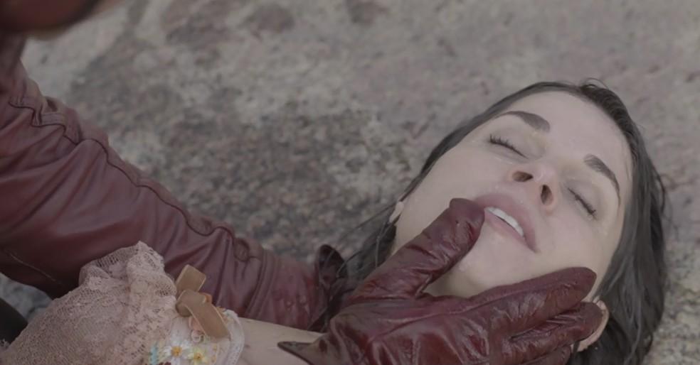 Mariana acaba se afogando e é salva pelo verdadeiro Motoqueiro Vermelho (Foto: TV Globo)