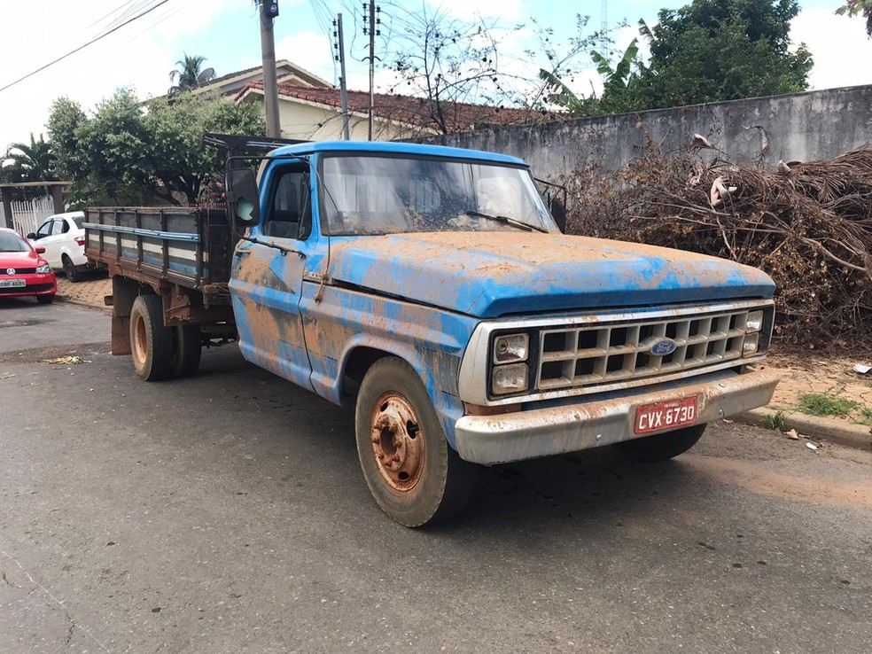 Criminosos estavam em caminhonete com produtos roubados — Foto: Waine Charrow - TVCA