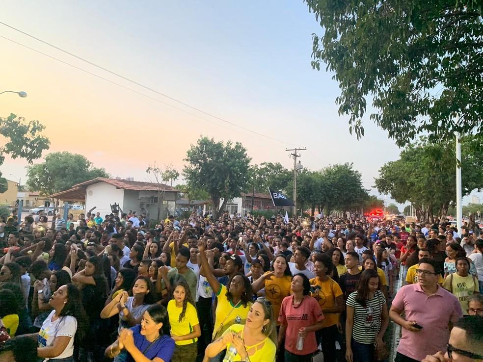 Fiéis cantam músicas de adoração durante Marcha para Jesus em Palmas — Foto: Lucas Machado/TV Anhanguera
