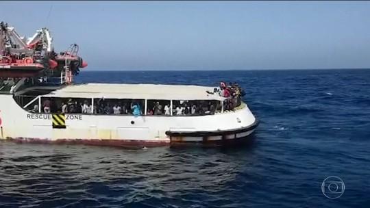 União Europeia quer distribuir imigrantes que estão em barco no Mediterrâneo