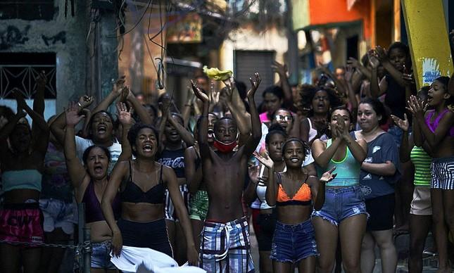 Moradores do Jacarezinho protestam após massacre em operação da polícia