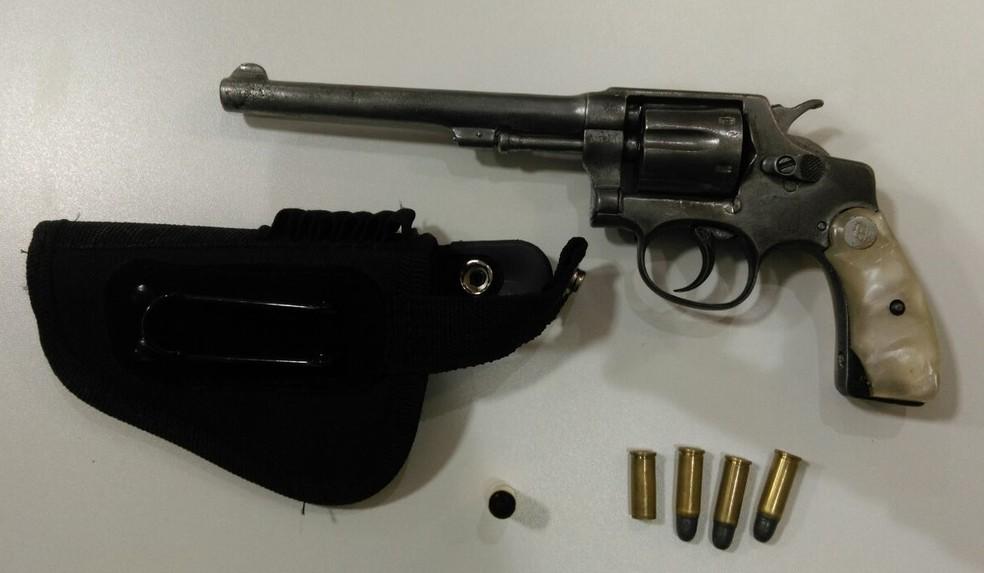 Arma que jovem havia levado para casamento, segundo a polícia (Foto: Divulgação/Polícia Civil)
