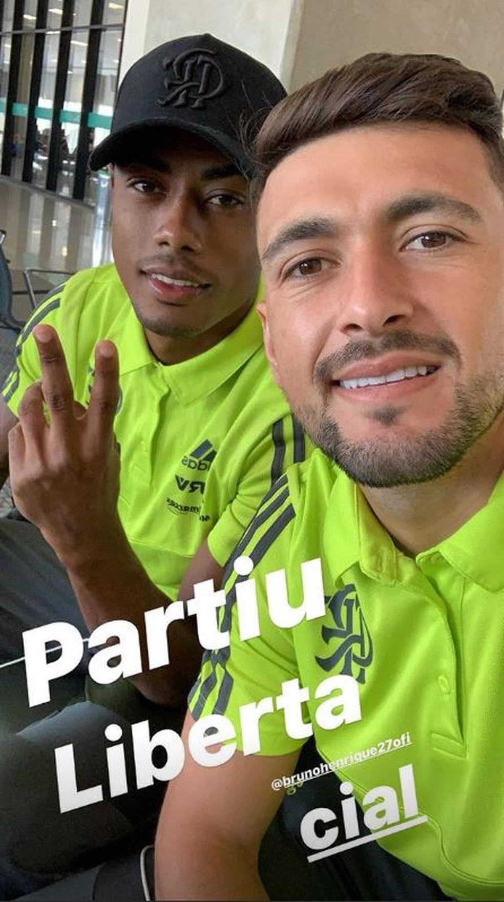 Arrascaeta e Bruno Henrique postam durante embarque do Flamengo — Foto: Reprodução / Instagram