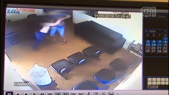 Mulher agredida e enforcada na Delegacia da Mulher pede medida protetiva contra o ex, diz polícia