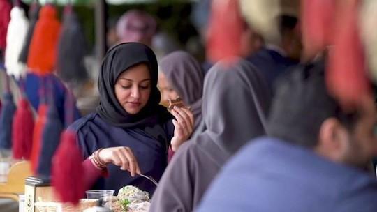Arábia Saudita acaba com distinção de portas pra homens e mulheres em restaurantes
