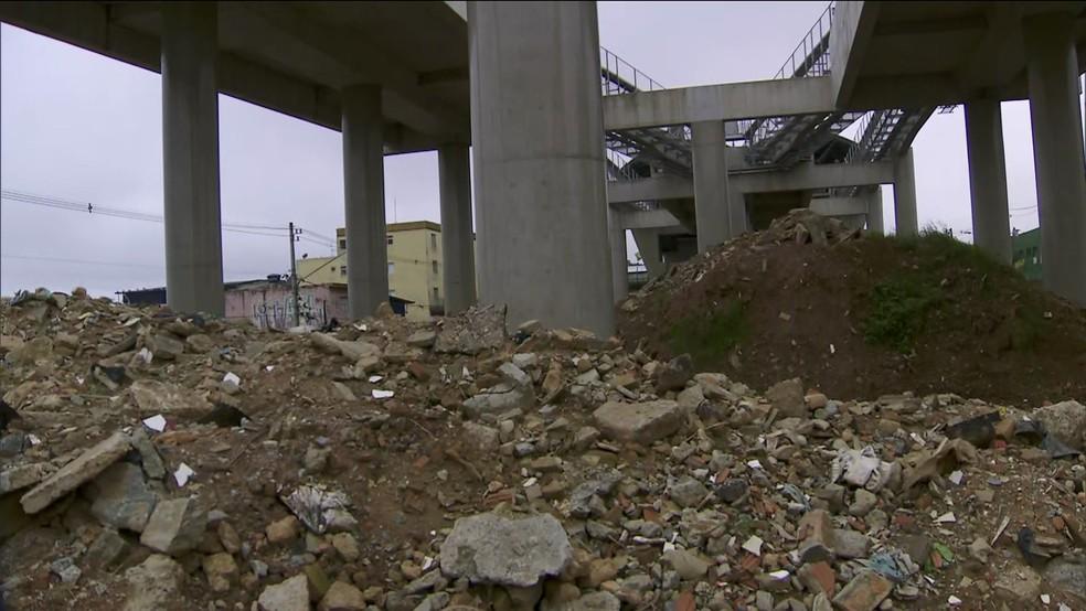 Restos de obras em estações do monotrilho — Foto: TV Globo/reprodução
