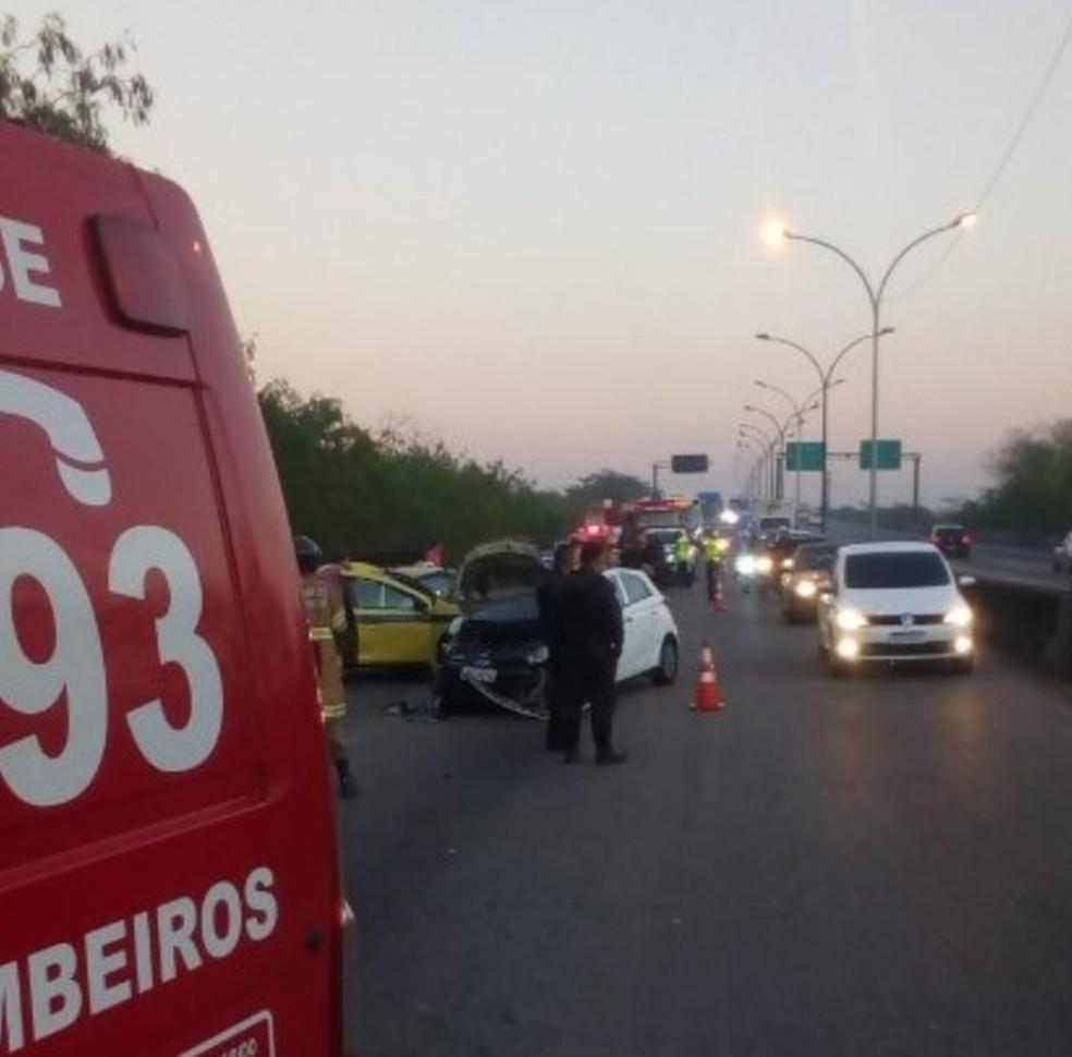 Dois carros e um táxi foram atingidos durante a perseguição — Foto: Divulgação/Centro de Operações Rio