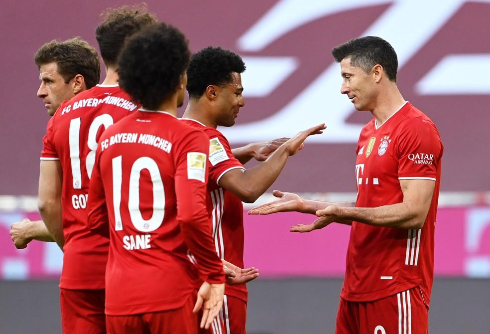 Jogadores do Bayern celebram gol de Lewandowski — Foto: REUTERS