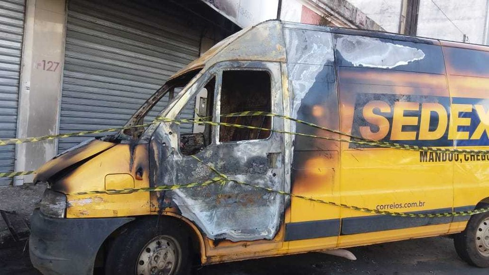 Um carro do Sedex ficou destruído após ser incêndiado na cidade de Ilhéus, na noite de quinta-feira (24). Ninguém foi preso.  — Foto: Arquivo Pessoal