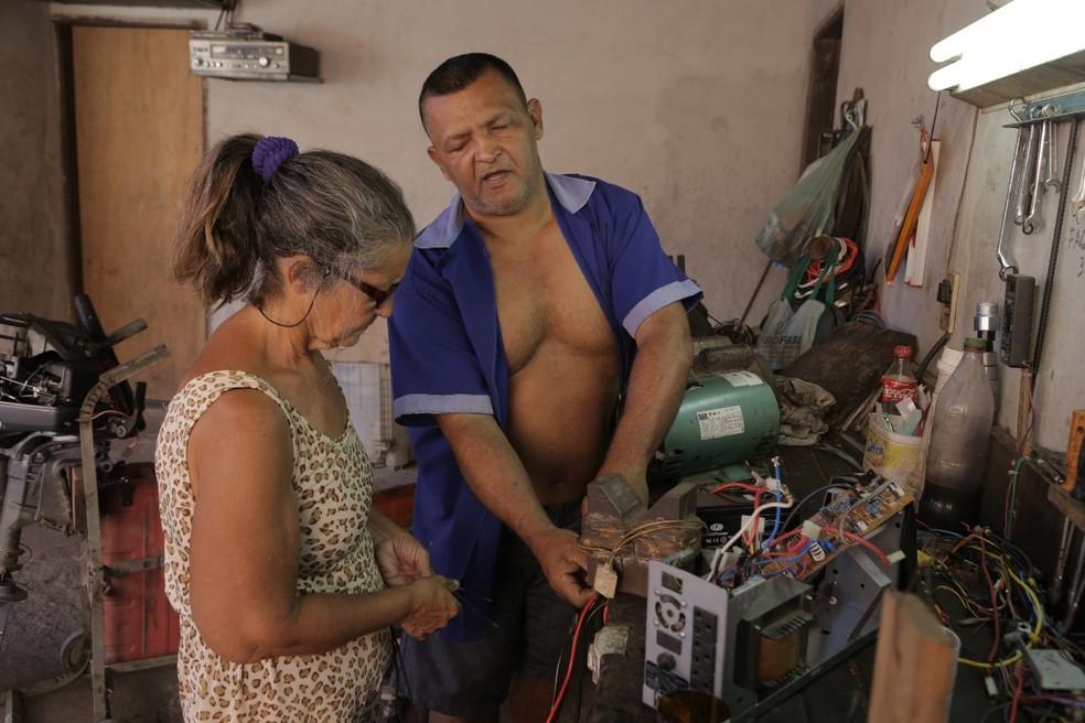 Sempre que precisa ele conta com a ajuda da companheira (Foto: Divulgação/Marcos Filho)