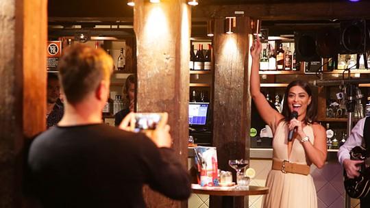 Sambou na cara da sociedade! Juliana Paes canta, dança e arrasa em gravação na Austrália