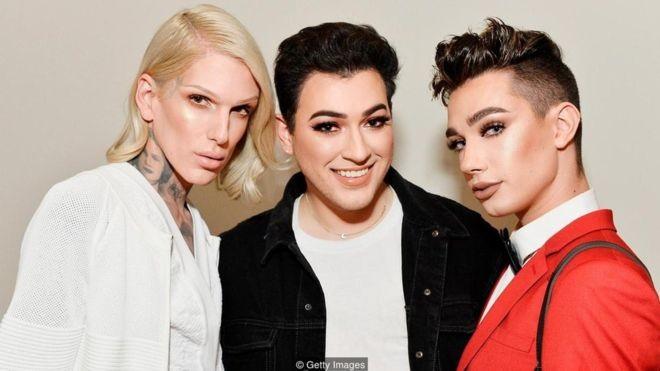Jeffree Starr, Manny Gutierrez e James Charles durante o lançamento da KKW Beauty, linha de cosméticos de Kim Kardashian West (Foto: Getty Images via BBC News)