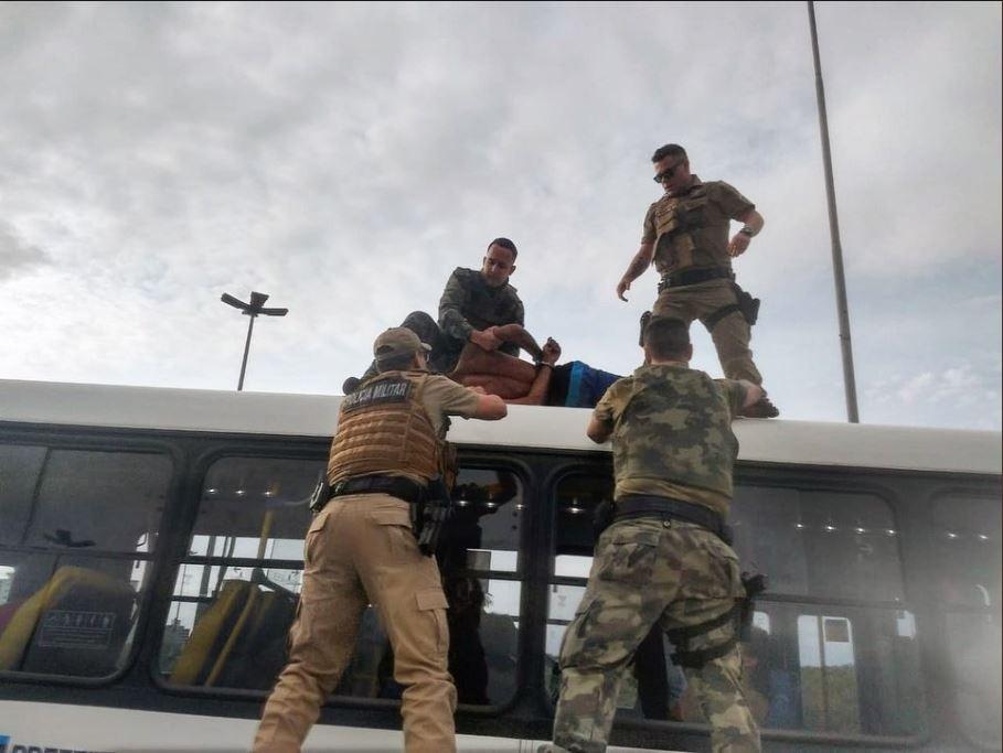 Homem tenta assaltar PM, foge e é preso em cima de ônibus em Florianópolis - Notícias - Plantão Diário