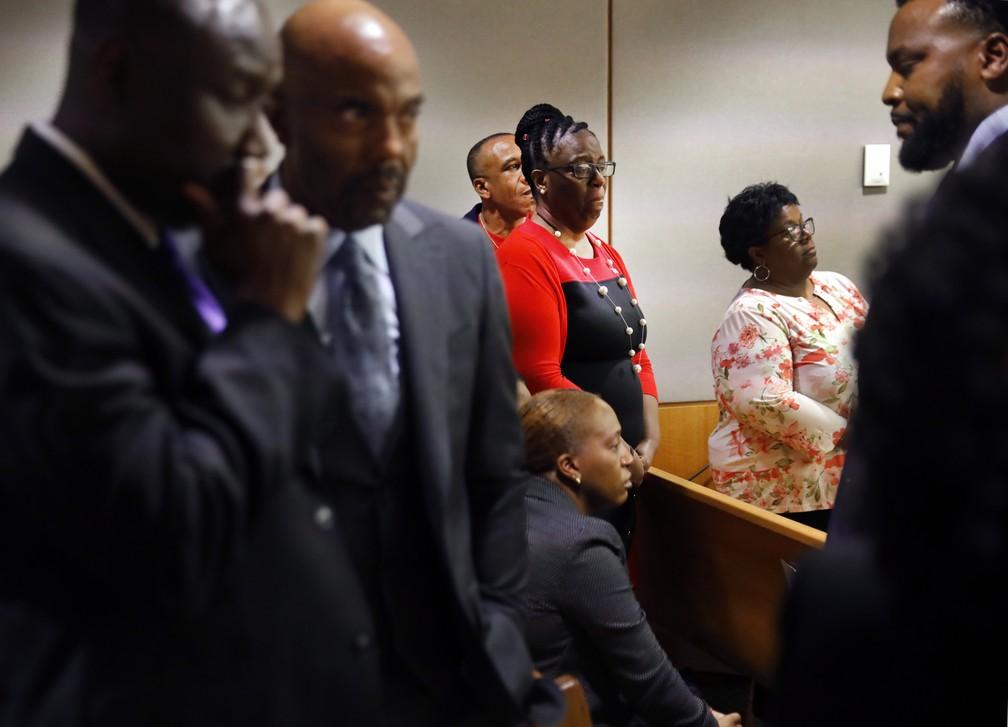 A mãe de Botham Jean, de vermelho, observa enquanto o filho, Brandt Jean, abraça a ex-policial Amber Guyger, condenada a dez anos de prisão por ter matado Botham. — Foto: Tom Fox/The Dallas Morning News via AP