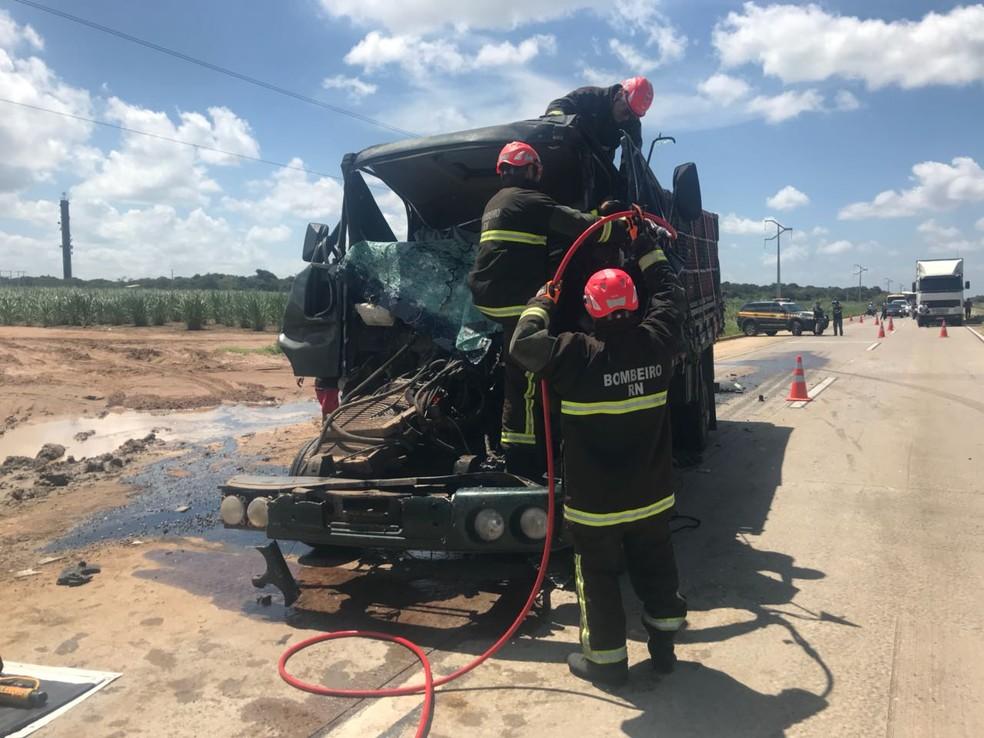 Colisão entre caminhões deixa um homem morto em Goianinha (Foto: Divulgação/PRF)